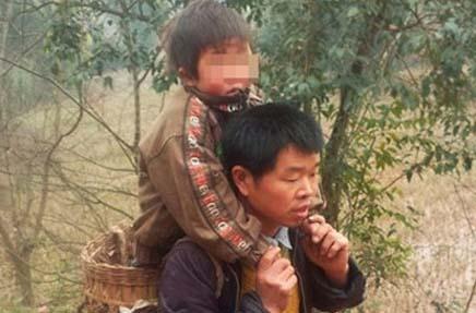Yu-Xukang-padre-hijo-en-brazos