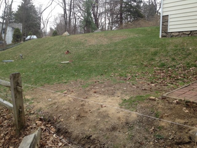 el primer paso para empezar las obras requera quitar el csped y remover la tierra de esta forma se prepara el terreno para cavar y realizar la base de lo