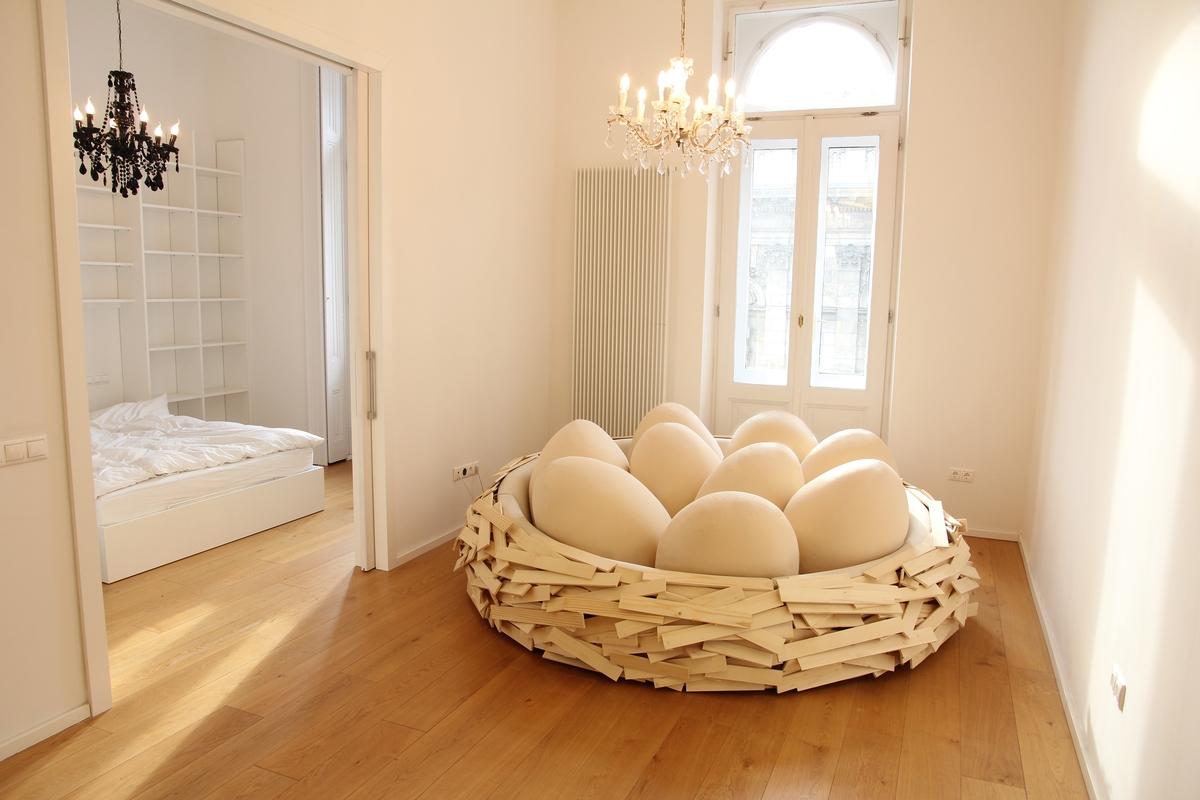 Descubre cómo sería descansar en una cama nido a escala humana con ...