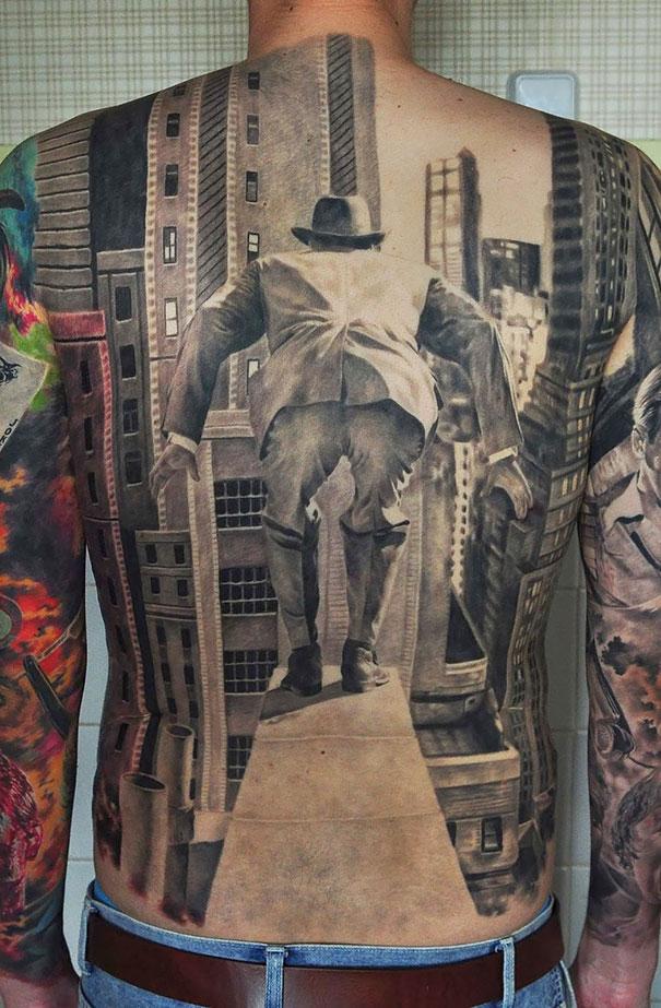 Si nos fijamos únicamente en su espalda podríamos confundirlo con un magnífico poster. tatuajes 3d 2
