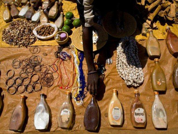 """Mercaderes comercian con """"medicinas"""" elaboradas a partir de personas albinas en el Mercado de Mgusu."""