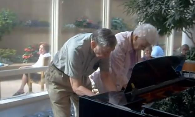 ancianos-piano
