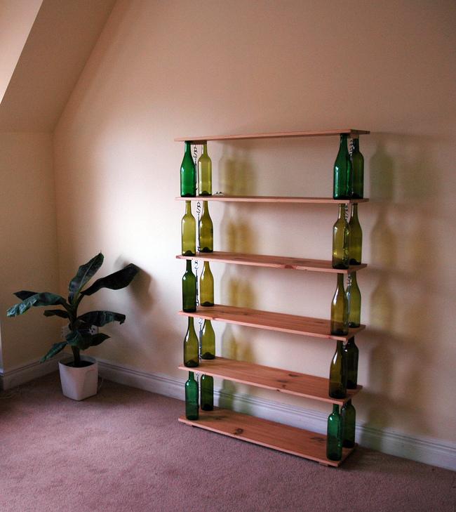 22 ideas para convertir tus botellas vac as en cosas - Estanterias para botellas ...