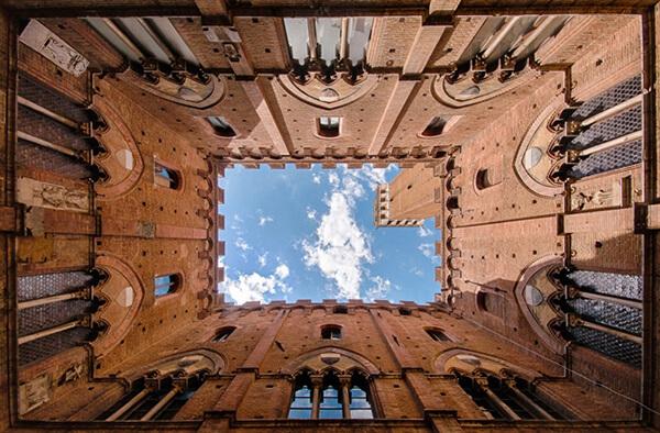 Looking up the Torre de Mangia / Omhoog kijken naar de Torre del