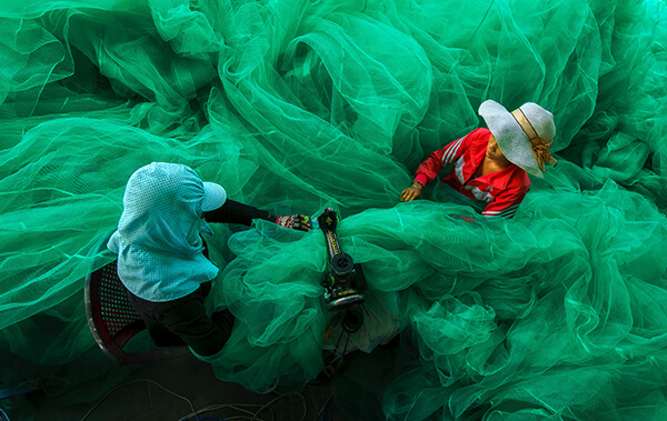 """Sewing the fishing net / May  lưới """