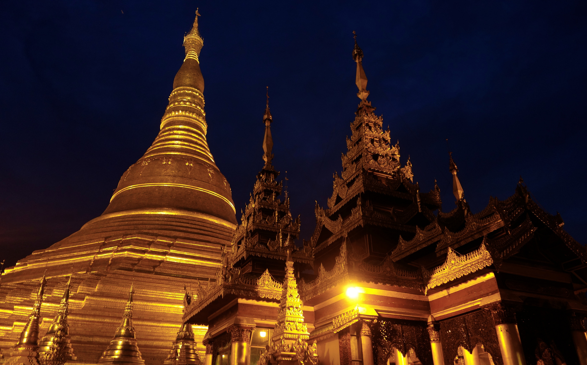 Flickr: Benjamin Jakabek -  Shwedagon Pagoda at Night