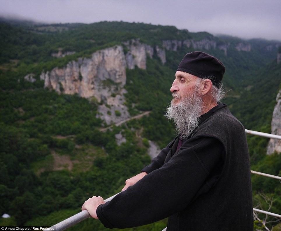 monje sobre pilar de piedra 1
