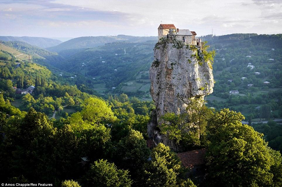 monje sobre pilar de piedra 10