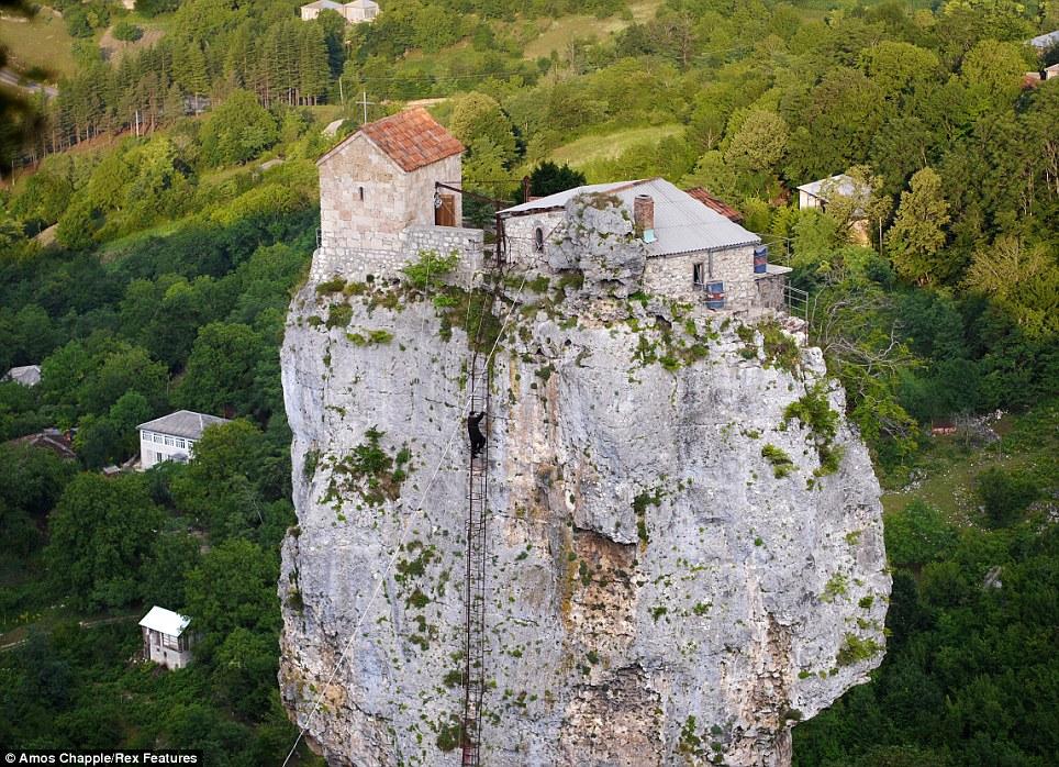 monje sobre pilar de piedra 11