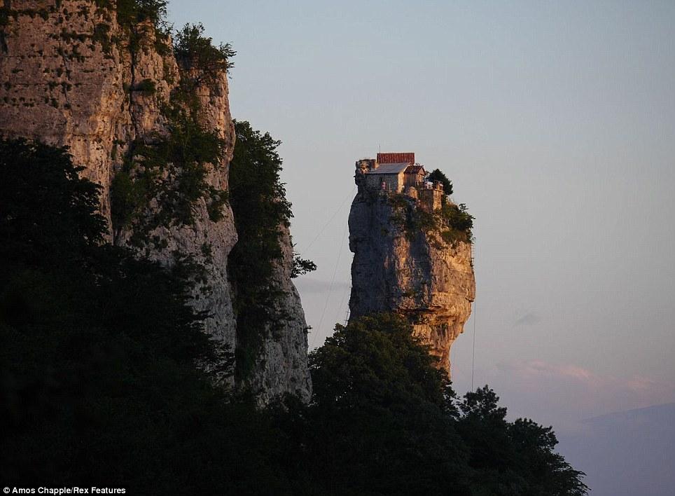 monje sobre pilar de piedra 12