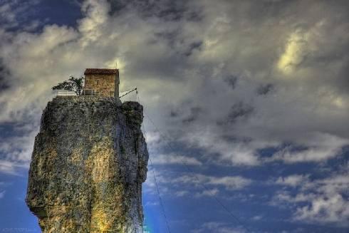 monje sobre pilar de piedra 14