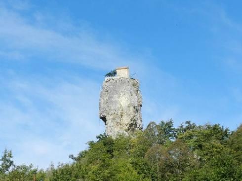 monje sobre pilar de piedra 16