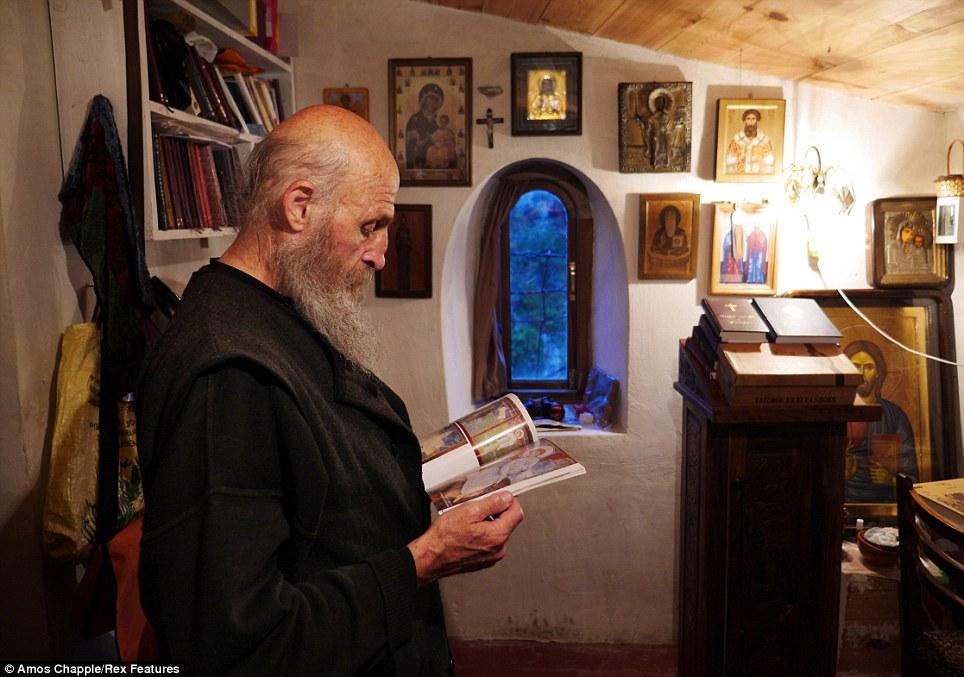 monje sobre pilar de piedra 6