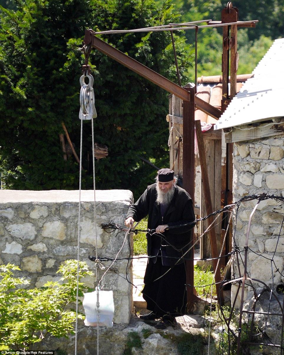 monje sobre pilar de piedra 7