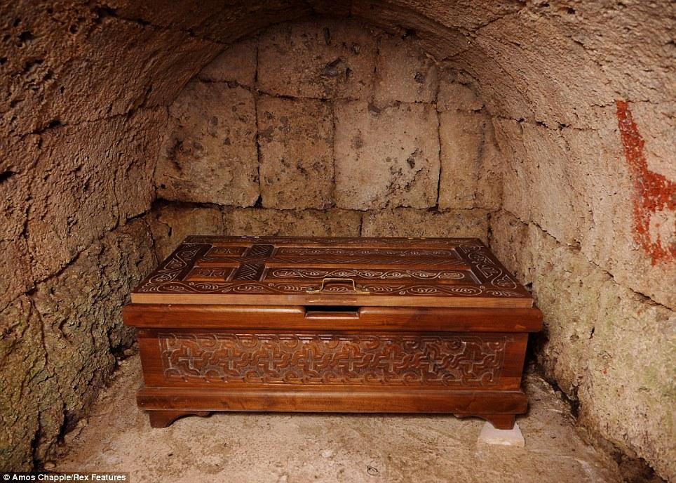 monje sobre pilar de piedra 8