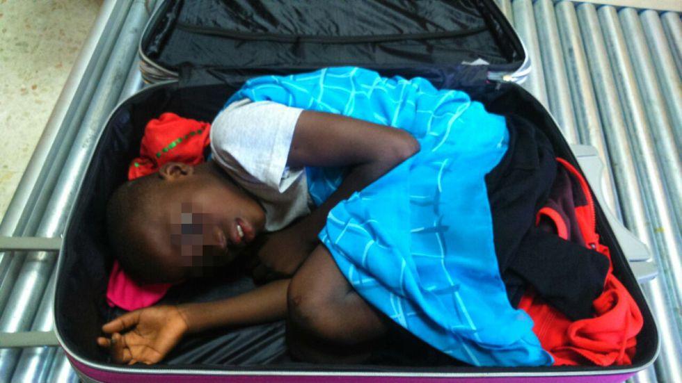 este-inmigrante-viajo-en-una-maleta-ara-cruzar-la-frontera