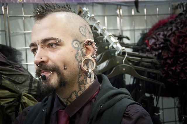 iran-prohibe-tatuajes-y-peinados-satanicos