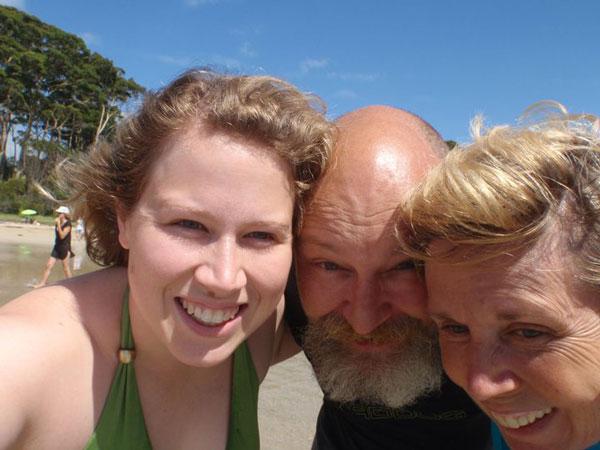 2010 - La familia pasa un día estupendo en la playa que sus hijos y su marido recuerdan con gran cariño. Jacquie comienza a tener lagunas.