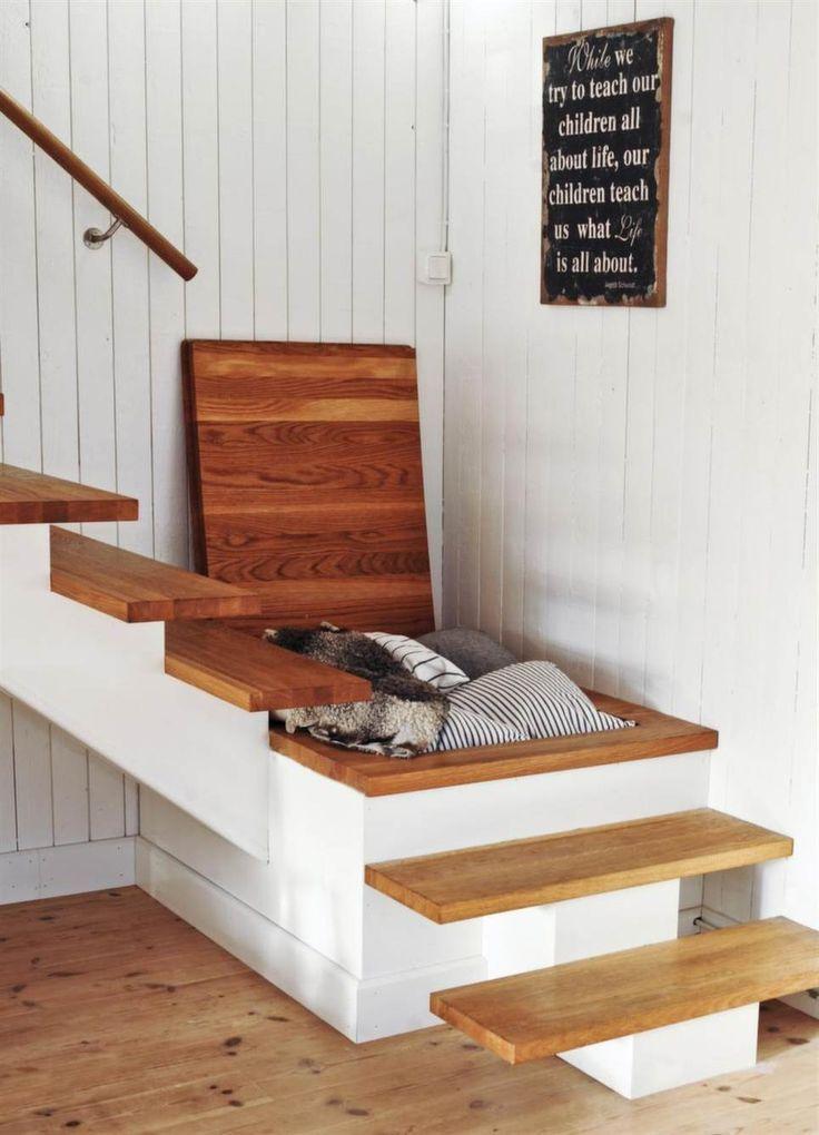 si te falta espacio usar el hueco de la escalera es una buena solucin para ampliar el sitio de almacenaje