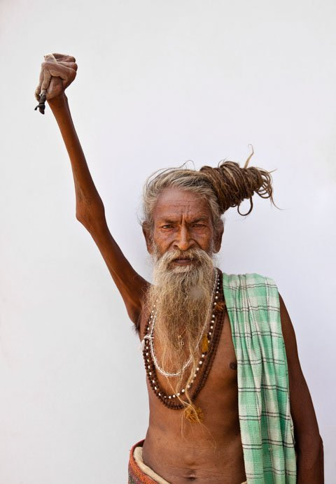 monje indio mano en alto 3