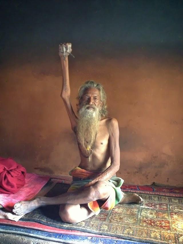 monje indio mano en alto 4