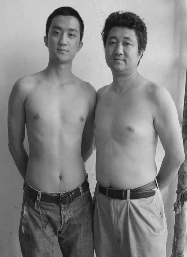 29 años haciendose fotos con su hijo 23