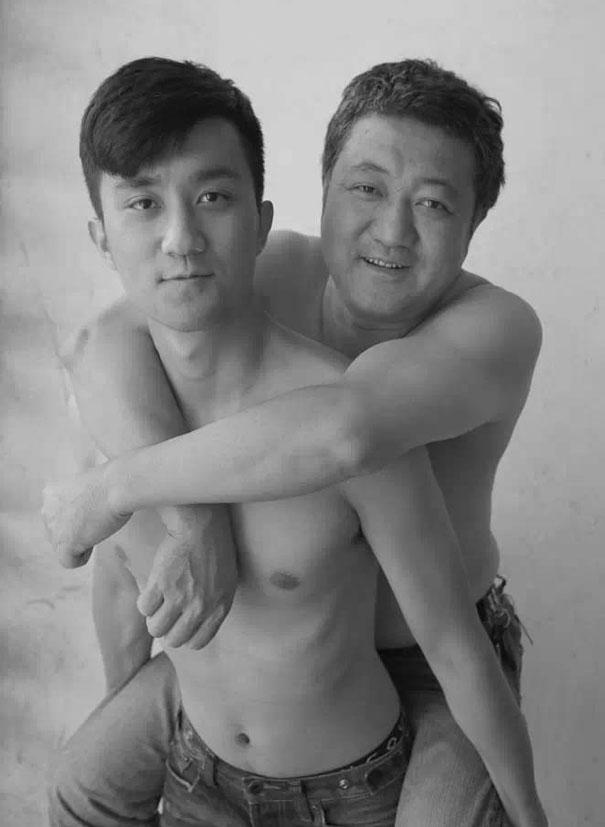 29 años haciendose fotos con su hijo 28