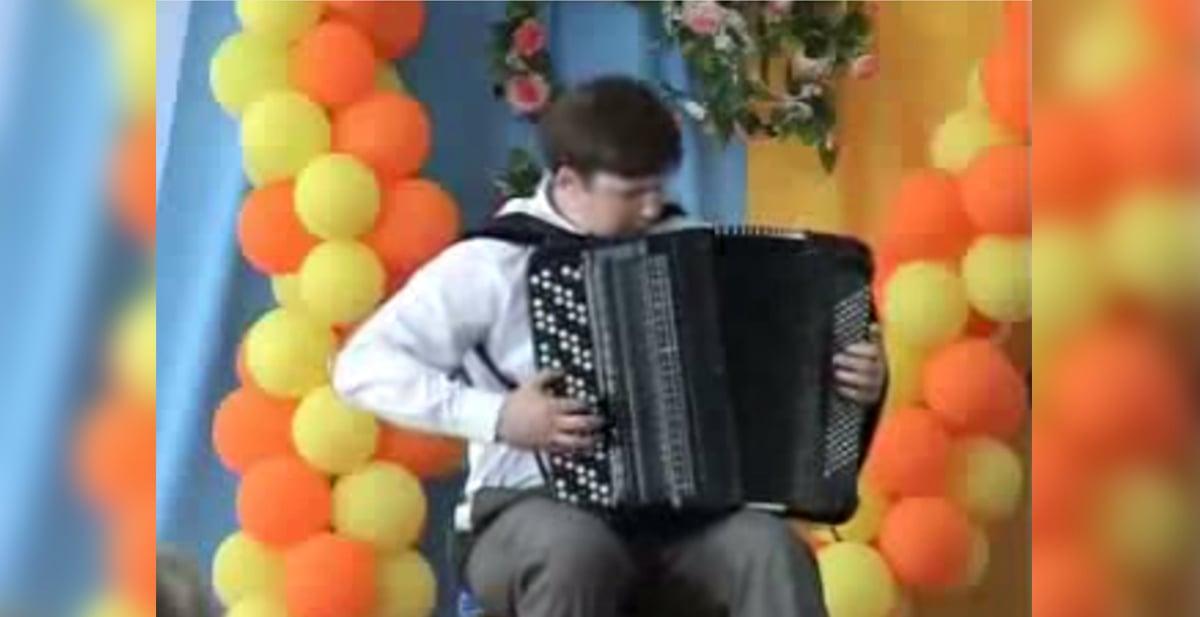 chico tocando acordeon de fora increible