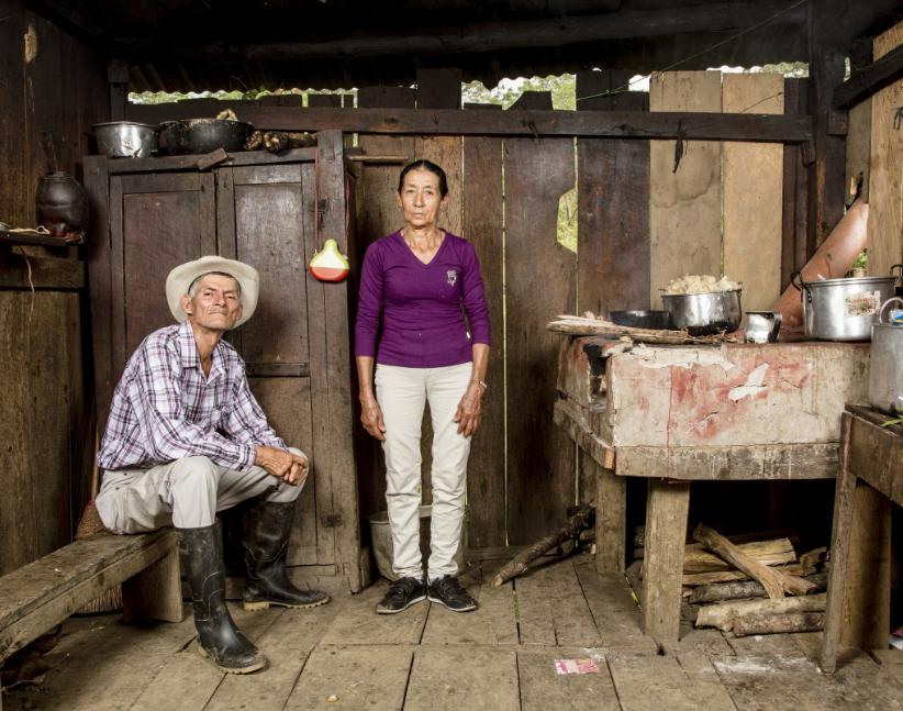 Los padres de William y Wilber en la casa de Santander donde crecieron. por Stefan Ruiz para The New York Times