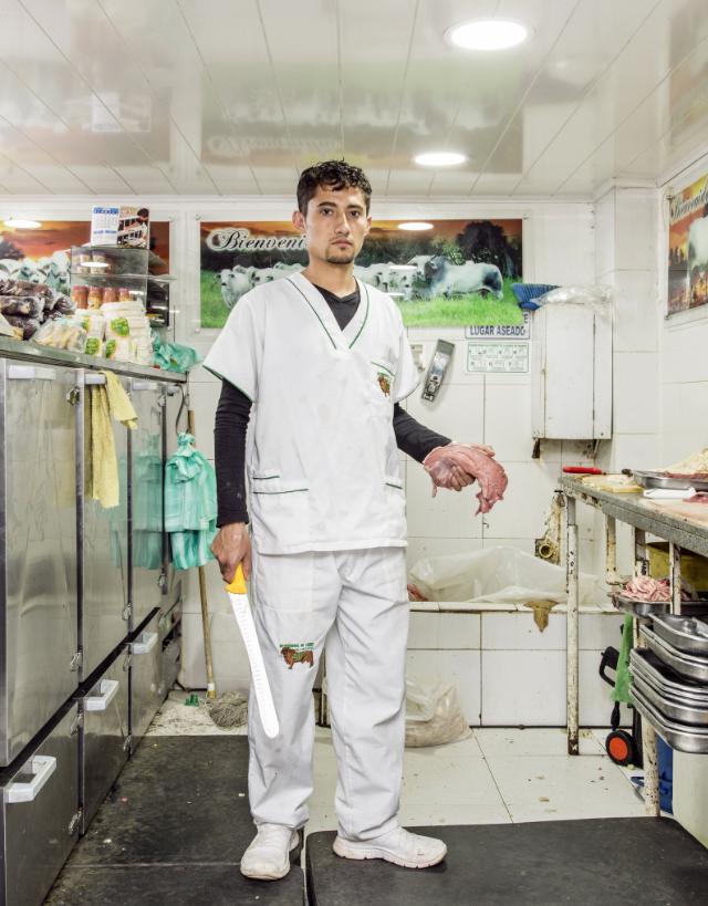 William durante su turno de trabajo como carnicero en Bogotá. por Stefan Ruiz para The New York Times