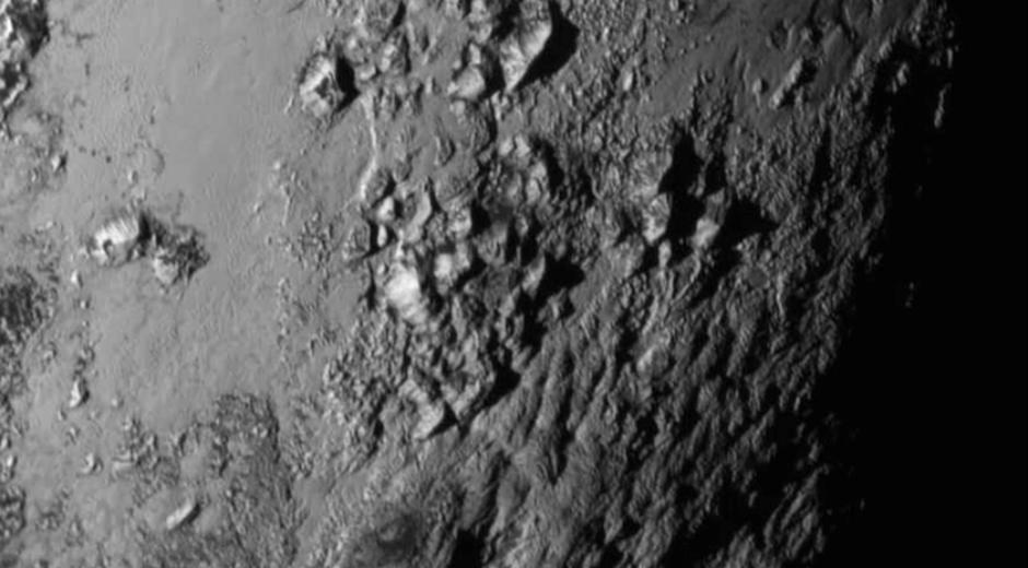 Foto de la superficie de Plutón que nos muestra montañas heladas