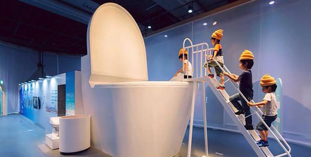 niños saltan a wc japones 7