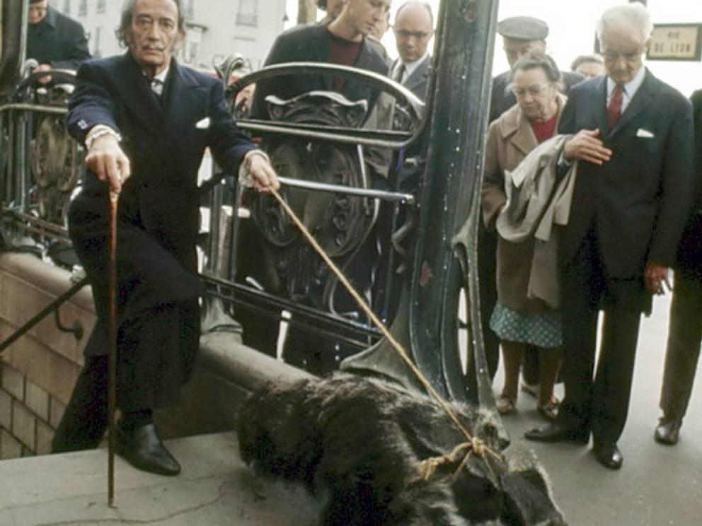 El divino Dalí saliendo del metro de París.