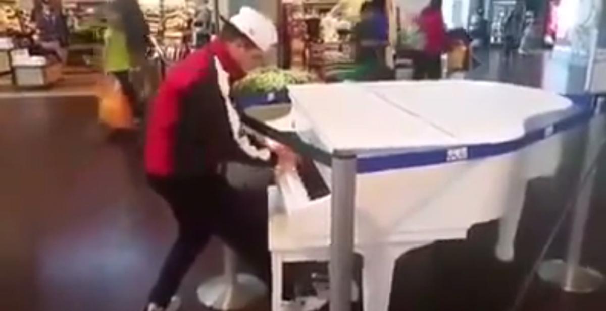 chico con mucho swag tocando el piano