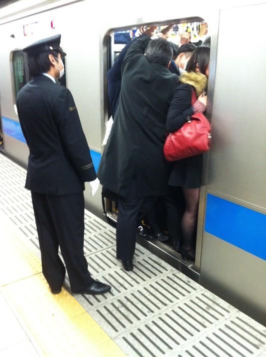 empujadores de metro en japon 1