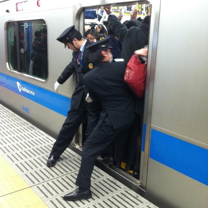 empujadores de metro en japon 10