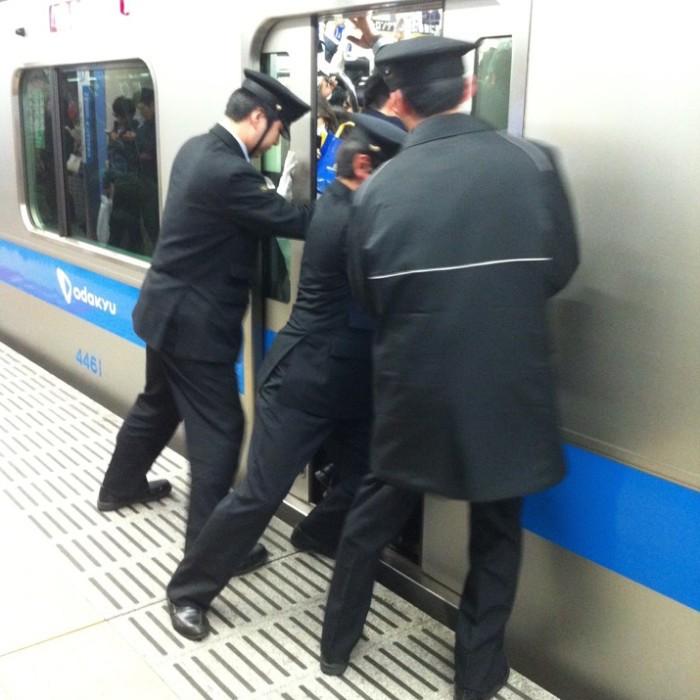 empujadores de metro en japon 11