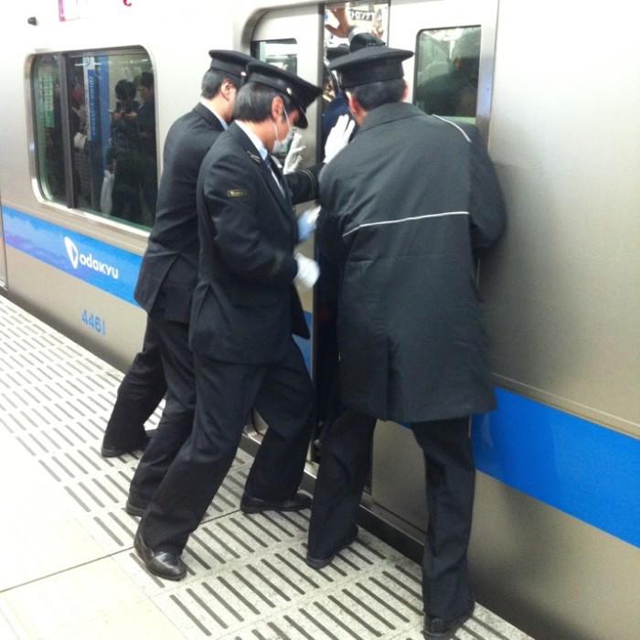 empujadores de metro en japon 12