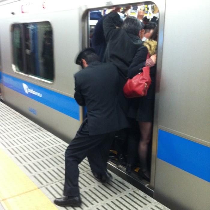 empujadores de metro en japon 2