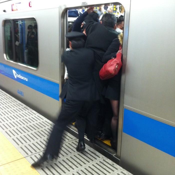 empujadores de metro en japon 3