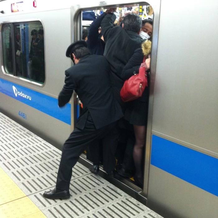 empujadores de metro en japon 4