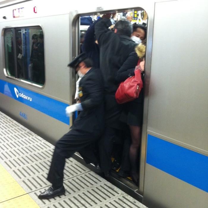 empujadores de metro en japon 5
