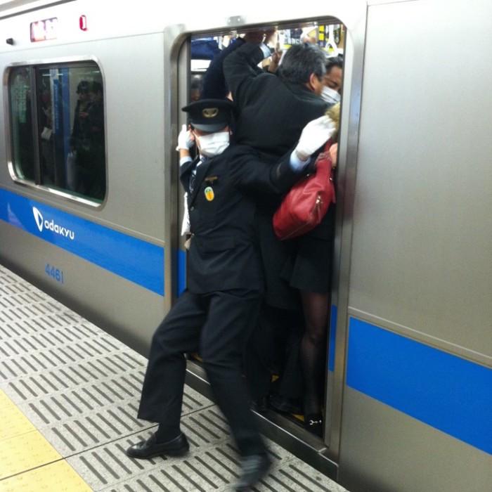 empujadores de metro en japon 6