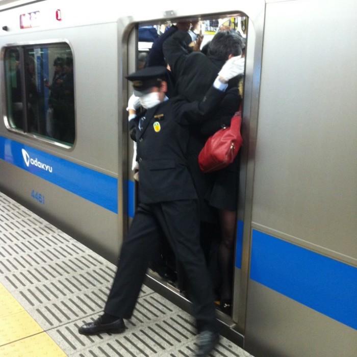 empujadores de metro en japon 7