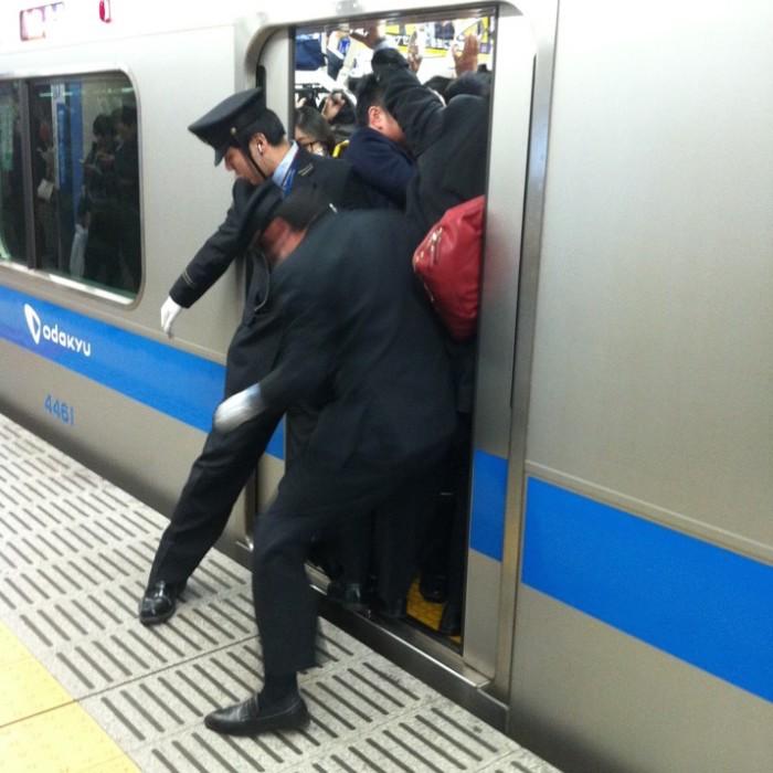 empujadores de metro en japon 9