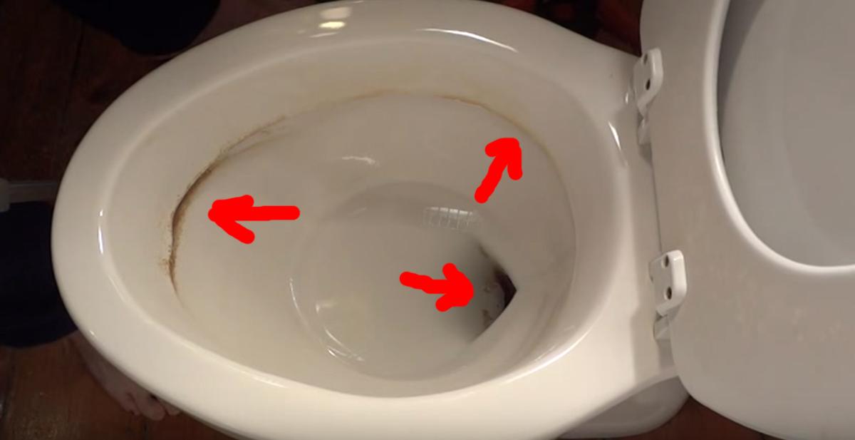 limpiar suciedad en el wc