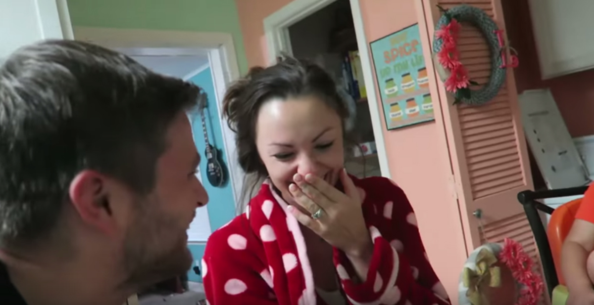 marido anuncia embarazo a mujer