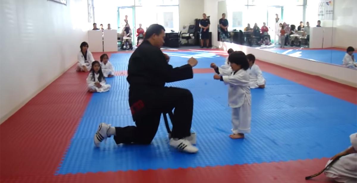 niño examen taekwondo