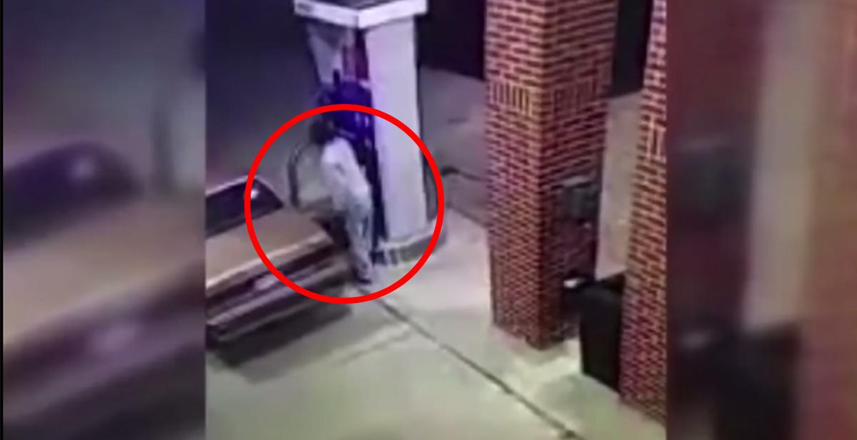 El hombre que quiso prender fuego con un mechero a una araña en una gasolinera