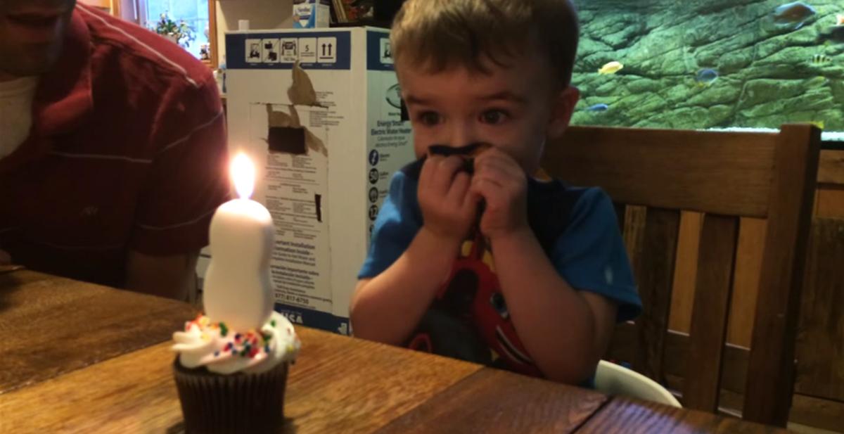el niño que no sabia soplar una vela